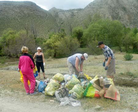 Уборка мусора в местечке Карагачи