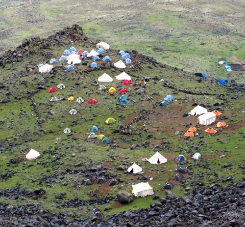 Если приглядеться можно разглядеть наши палатки (самые ближние)