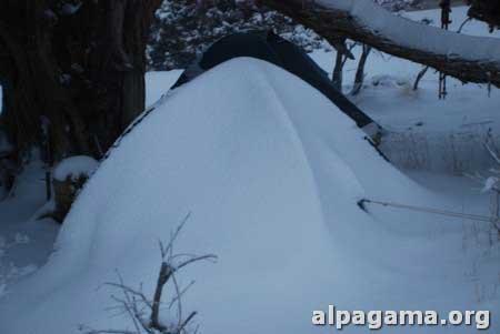 Палатки - сугробы правильной формы
