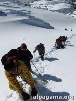 Глубокий рыхлый снег вынуждает выйти на скалистую гряду