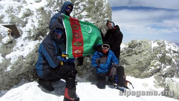Туркменские альпинисты из альпклубов «Агама» и «Мерт» совершили майское восхождение на гору Демавенд