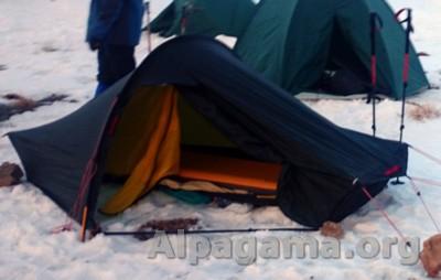 надувной туристический коврик в палатке