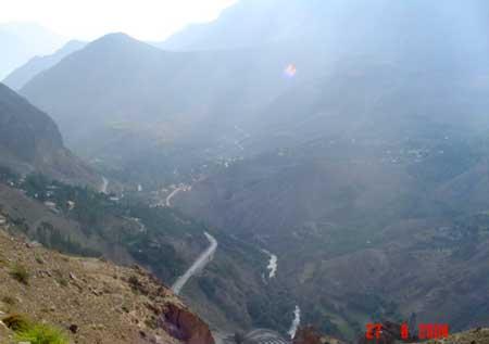 Фото 25. Внизу, у дороги Газане.В утёсе с лева пещерный город.