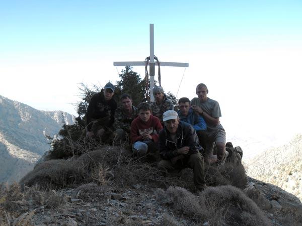 У креста, возведенного агамовцами в память об альпинисте М.Попове