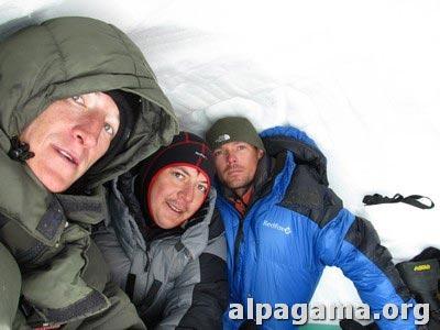 Пережидаем непогоду в снежной пещере. Дима, Карен и Вадим