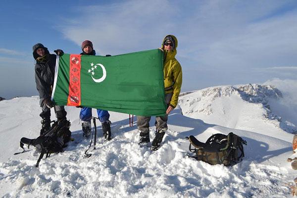 Флаг Туркменистана на Главной вершине Айрыбаба (на заднем плане Северная)