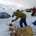 Откапываем палатки (4200м)