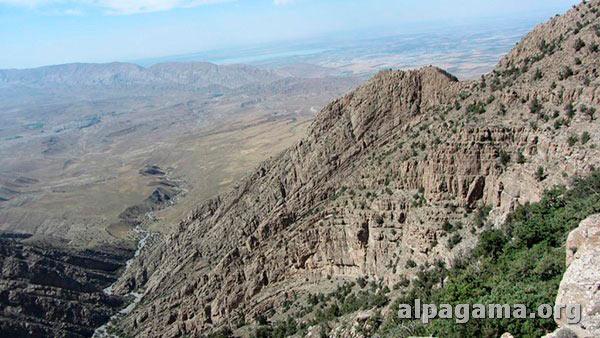 Отсюда открывается впечатляющий вид на золотые гряды холмов внизу...