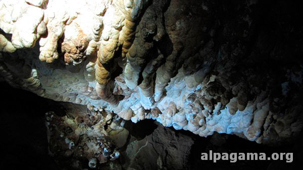 Каменные натеки пещеры Дэвов