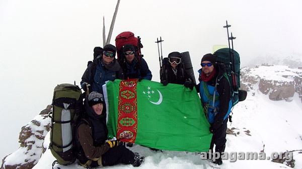 Туркменский флаг поднят новым маршрутом на высочайшую точку страны – пик Айрыбаба