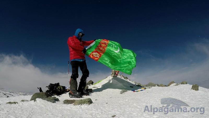 Флаг Туркменистана на высоте в 7134 метра