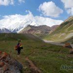 Пока альпинисты идут их баулы едут (фото: Дмитрий Винокуров)