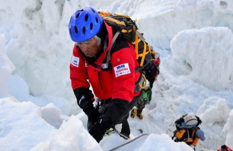 80-летний Миура Ючиро, поднявшийся на вершину Эвереста 23 мая 2013 года стал самым возрастным восходителем