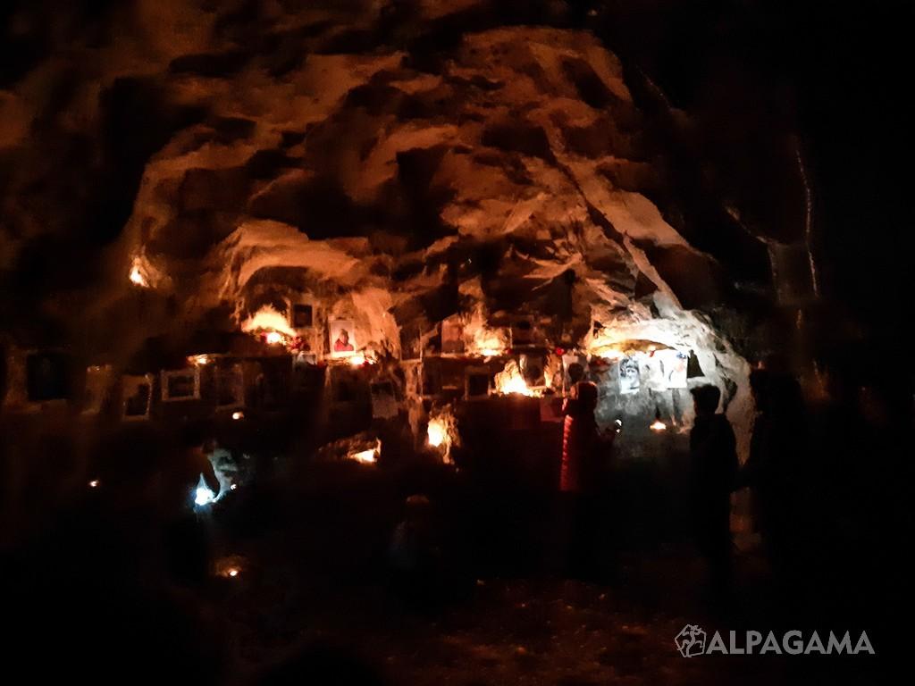 Ниша в скале с фотографиями альпинистов