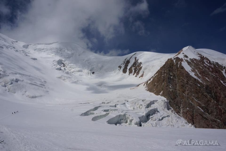 Вид на легерь 2. (далеко под скалой)