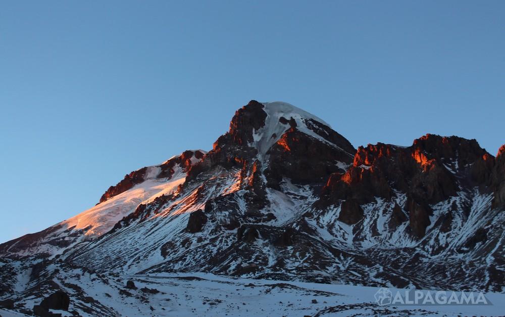 Вулкан Казбек на закате (фото: Евгений Ярыгин)