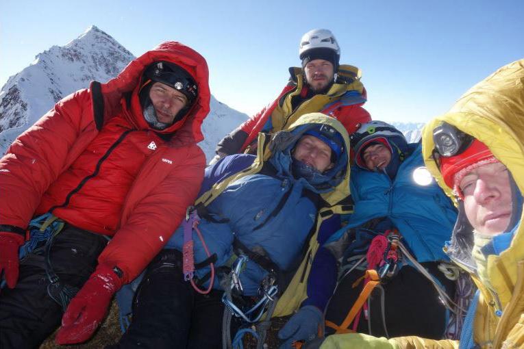 Общее фото команды на вершине Аксу Северная