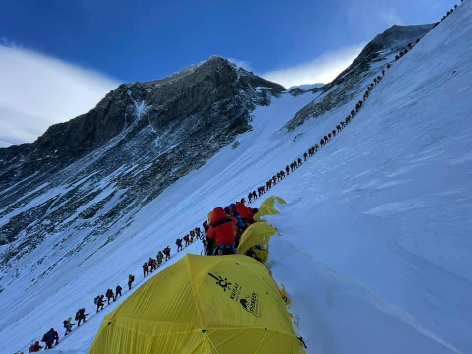 Эверест – всё, шерпы разбирают путь через ледопад (фото: Мингма Дорчи Шерпа)