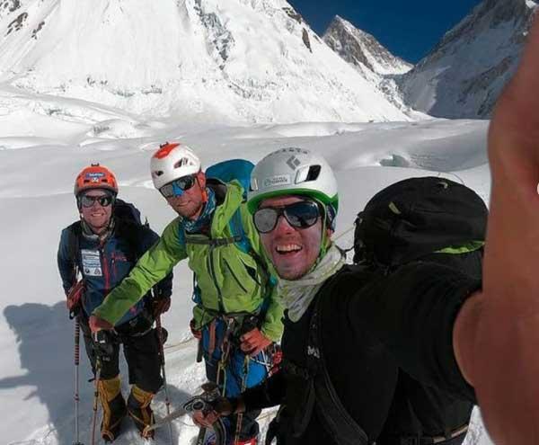 Испанская команда готовящаяся подняться на вершину Гашербрум II