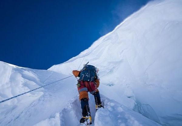 Глубокий снег, только одна веревка и расщелина у ног Саджида Садпары (фото: Элия Сайкали)