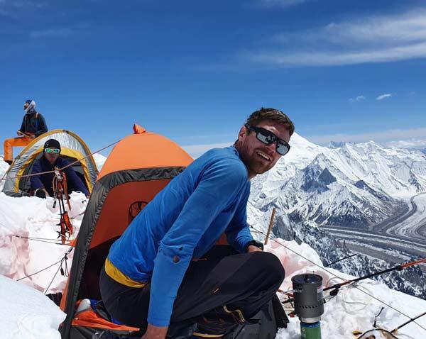 Нильс Йесперс (на переднем плане) и Хьюго Аявири (в палатке позади) (фото: Софи Ленертс)