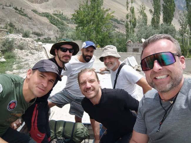 Участники экспедиции Мучу Чхиш вчера в Каримабаде