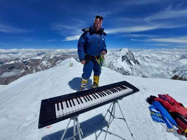 Альпинист-пианист Филипп Генин на вершине Гашербрум II на высоте в 8035 метров