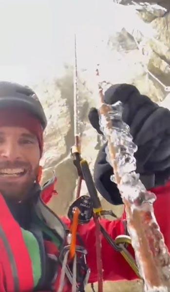 Эдуард Марин показывает замерзшую веревку (фото: Эдуард Марин)