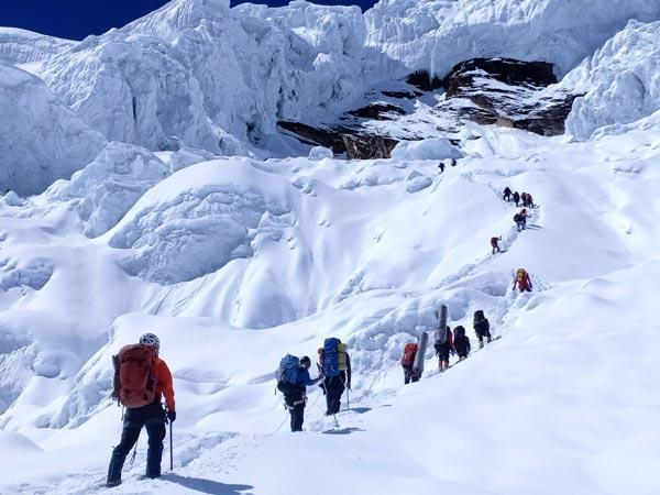 Манаслу, альпинисты направляются к серакам между лагерем 1 и лагерем 3