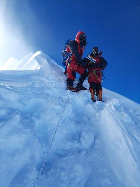 Фото на вершине Манаслу, индийских альпинистов Ратана Сингха Сонала и Анупа Кумаром