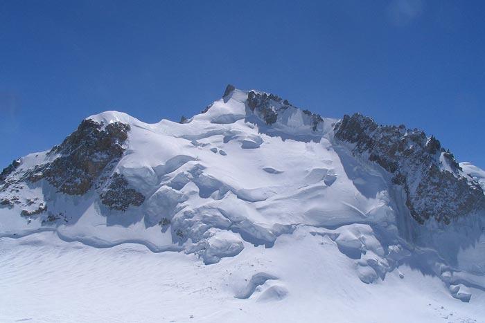 Северные склоны вершины Mont Maudit, видна тропа между ледовых сераков и крутой подъем на плечо вершины