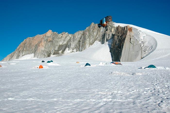 Палаточный лагерь на ледник возле хижины Космик