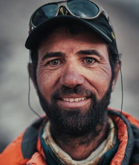 Абдул Джоши из Шимшала ищет помощи, чтобы спасти застрявших альпинистов Ракапоши (фото: Камран Али)
