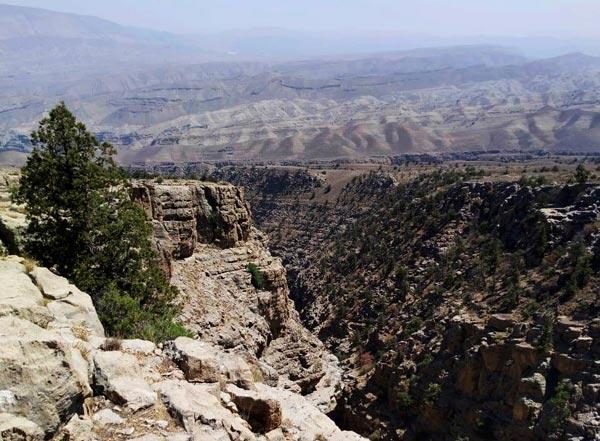 Поход над Юркиным ущельем к похожей на череп скале