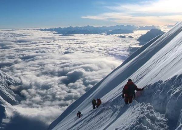 Альпинисты спускаются по глубокому снегу 3 октября (фото: Чо Чхоль Хи)